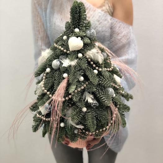 Новогодняя ёлка из датской пихты в нежных тонах: букеты цветов на заказ Flowwow