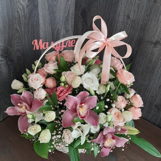 Сборная корзина из орхидей и эустомы