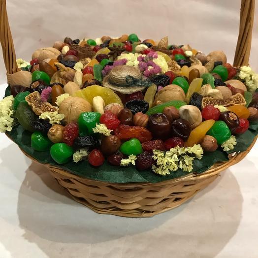 Корзина с сухофруктами и орехами