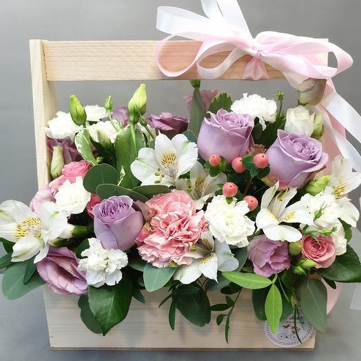 Ящик с розами и фрезией