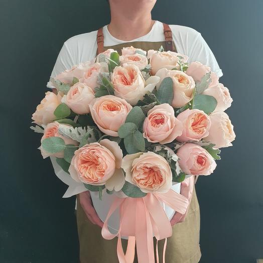 25 пионовидных роз с зеленью