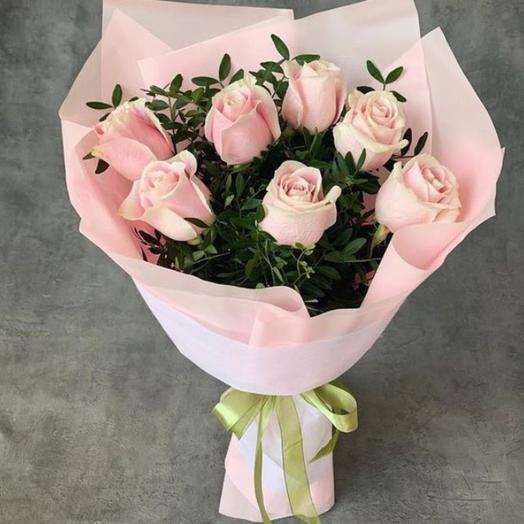 7 роз с зеленью