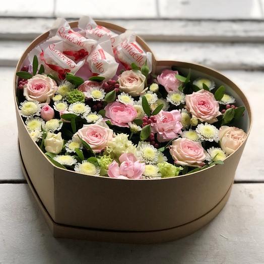 Среднее сердце с цветами и раффаэлло