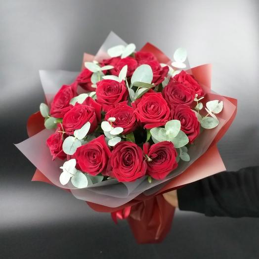 Букет из бархатных ароматных роз Ред Наоми с эвкалиптом