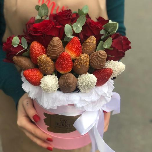 Букет из клубники и роз в коробке