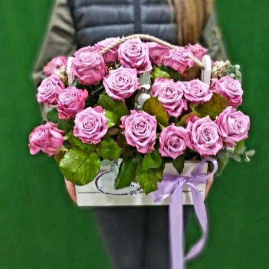 Сиреневые розы в ящике