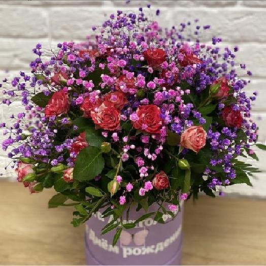 Букет из кустовой розы и гипсофилы в коробке с индивидуальной надписью
