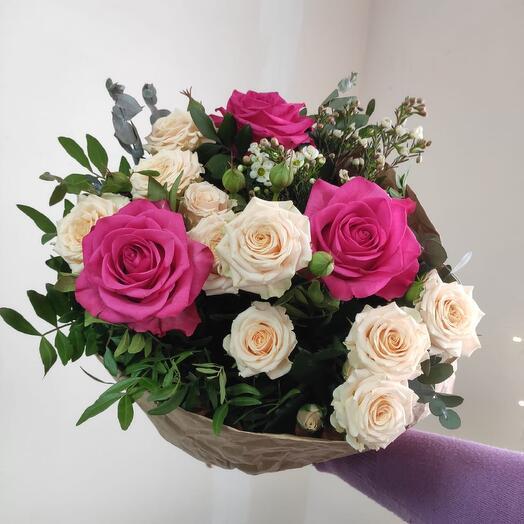 Букет из кустовых и одноголовых роз