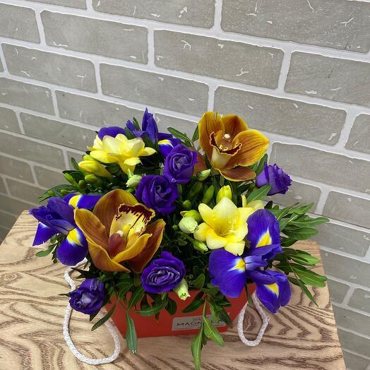 Цветы в коробке комплимент )