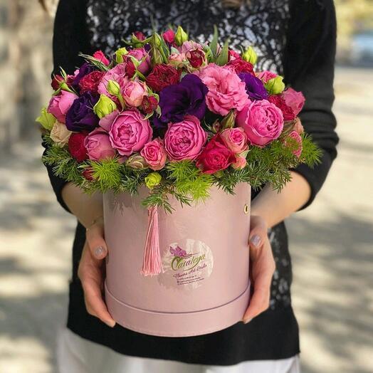 Композиция с розами и лизиантусами