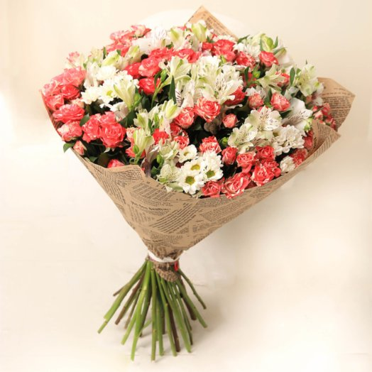 Кустовые розы, хризантемы в крафте: букеты цветов на заказ Flowwow