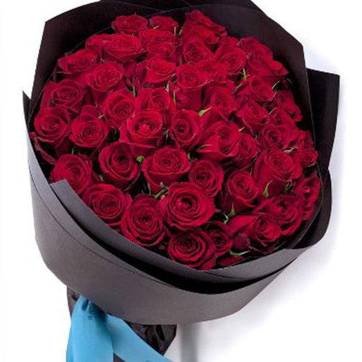 50 красных роз в стильной упаковке: букеты цветов на заказ Flowwow