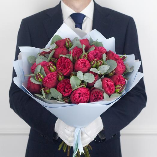 Букет из 21 кустовой розы Red Piano с эвкалиптом: букеты цветов на заказ Flowwow