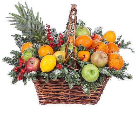 корзина с фруктами и лапником