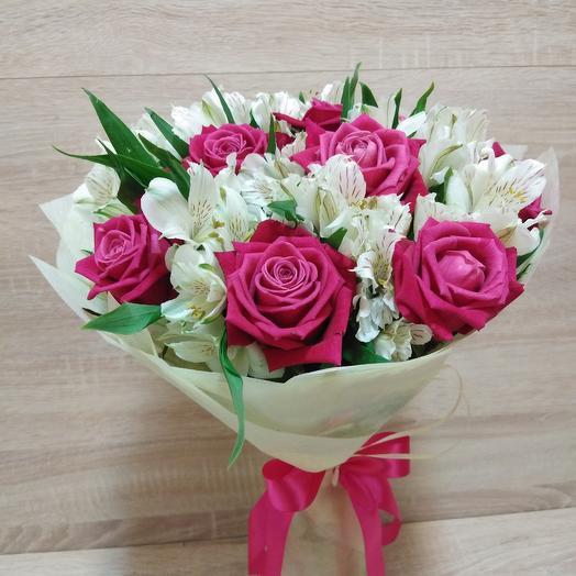 Букет из розовых роз и белых альстромерий