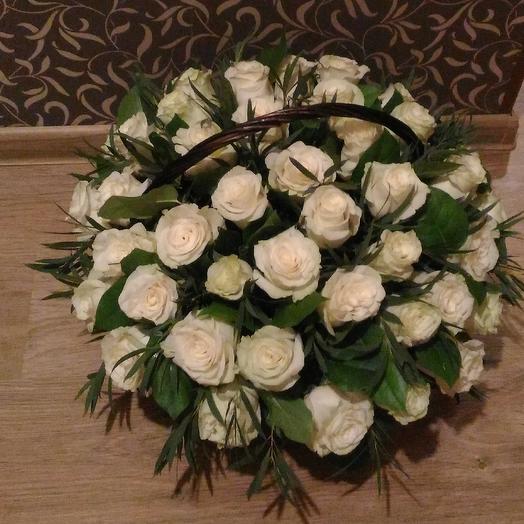 Корзина из белых роз: букеты цветов на заказ Flowwow