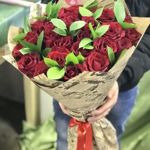 Букет красных роз с зеленью: букеты цветов на заказ Flowwow