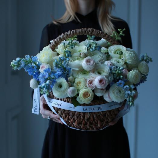 Ранункулюсы и Дельфиниум в плетёной корзине: букеты цветов на заказ Flowwow