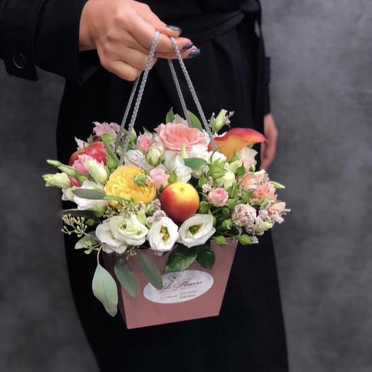 Композиция в сумочке с фруктом: букеты цветов на заказ Flowwow