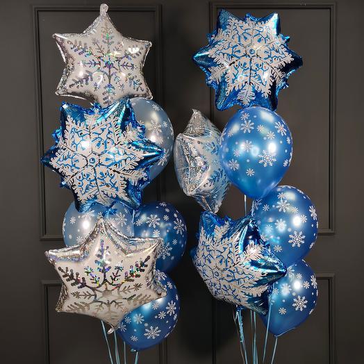 Композиция из синих и голубых шаров металлик с фольгированными снежинками