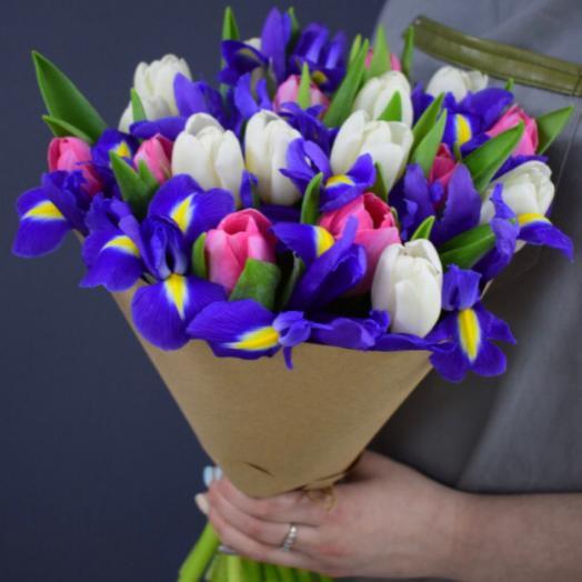 Букет из 13 ирисов и 17 белых и розовых тюльпанов