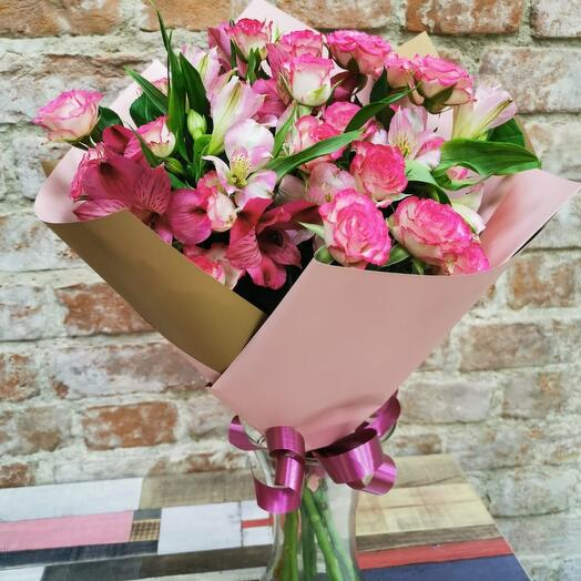 Букет из кустовых роз и альстремерия