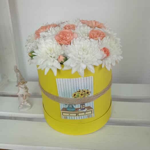 """""""Весеннее солнце"""" С хризантемой и диантусом в шляпной коробке"""