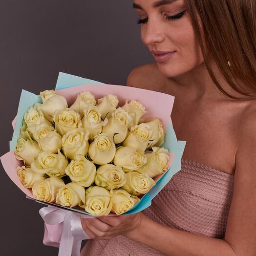 25 белых роз (ваза в подарок, см. условия акции)