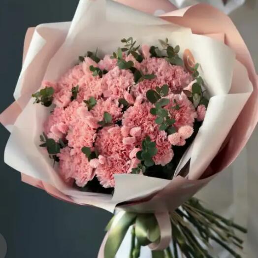 Нежный бархат .  Букет из розовых сортовых гвоздик с эвкалиптом и фалярисом