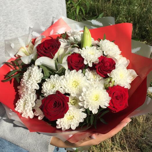 Сборный букет из лилии и  красных роз