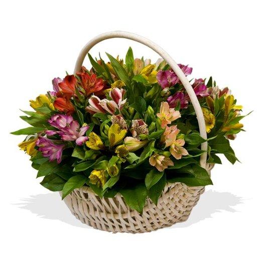Корзина из альстромерий Игры цвета: букеты цветов на заказ Flowwow