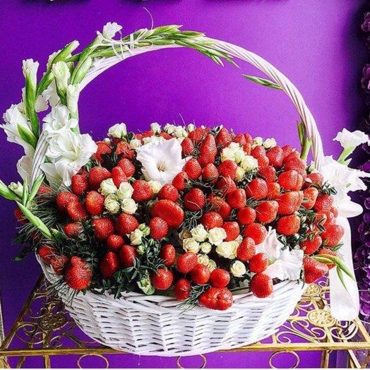 """Чудо корзинка """"Клубника со сливками"""": букеты цветов на заказ Flowwow"""