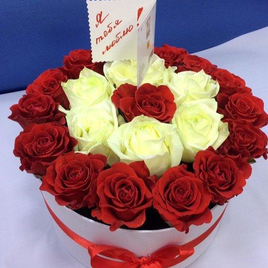 Коробка с красными и белыми розами: букеты цветов на заказ Flowwow