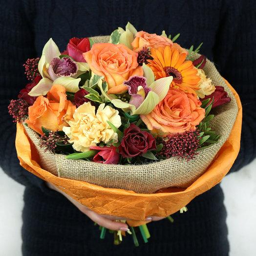 Стильный букет из роз орхидеи и скимии