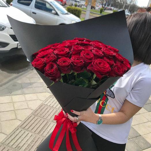 Элегантный букет с бордовыми розами Chanel