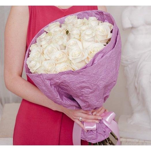 Букет из 25 белых роз Эквадор в крафте: букеты цветов на заказ Flowwow