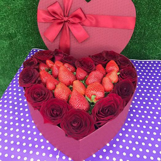 Коробка с красными розами и клубничкой