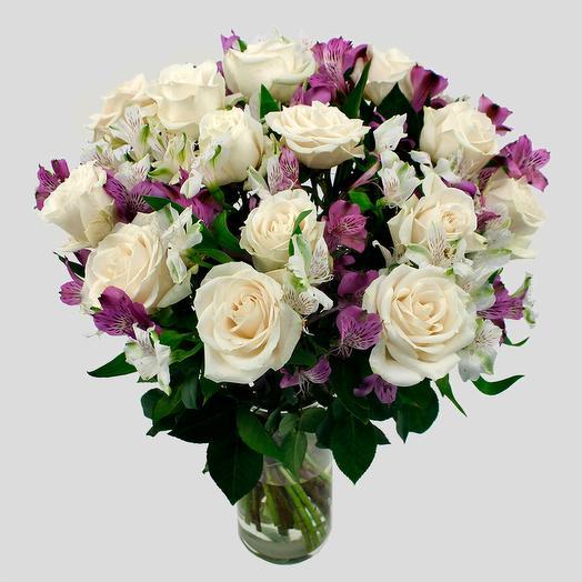 Белые розы с альстромериями