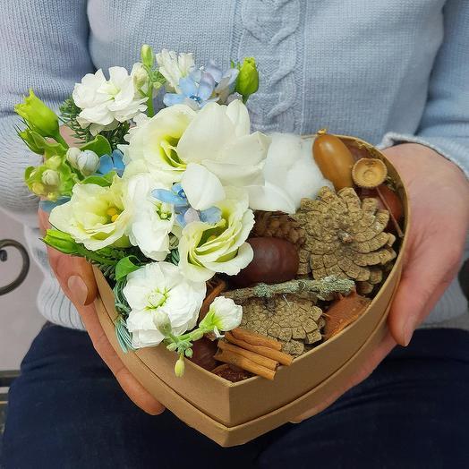 Зимняя композиция в сердце из фрезии, маттиолы и природных даров: букеты цветов на заказ Flowwow
