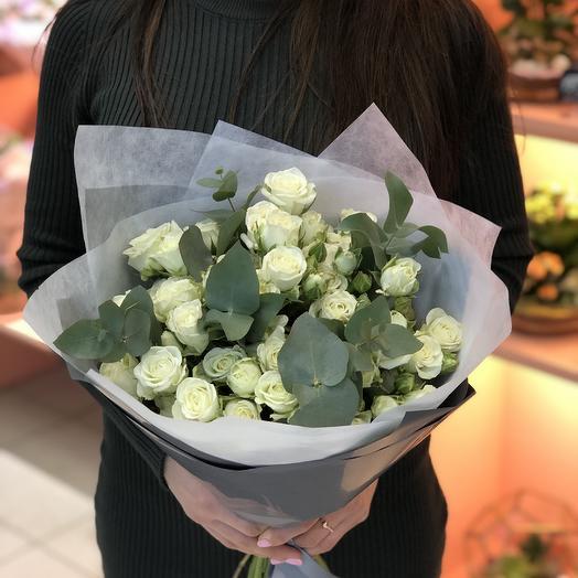 Белые кустовые розы с эвкалиптом