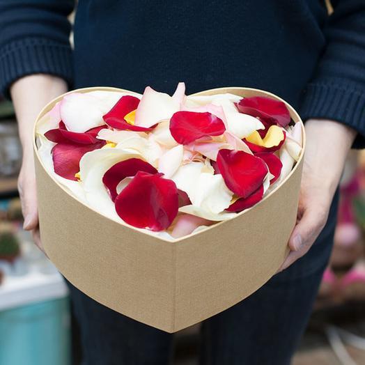 Лепестки роз в коробке сердцем: букеты цветов на заказ Flowwow