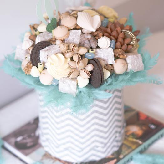 Сладости и орехи в шляпной коробке