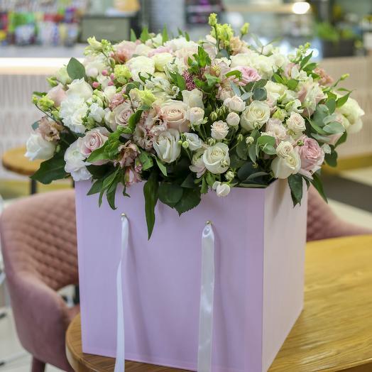Объемная цветочная коробка в нежной гамме: букеты цветов на заказ Flowwow
