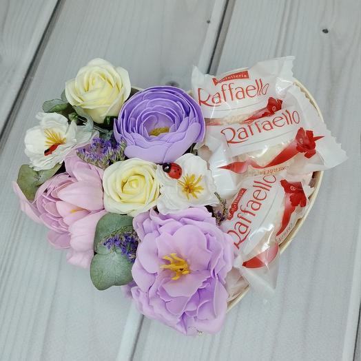 Фиолетовое сердечко с Раффаэло маленькое: букеты цветов на заказ Flowwow