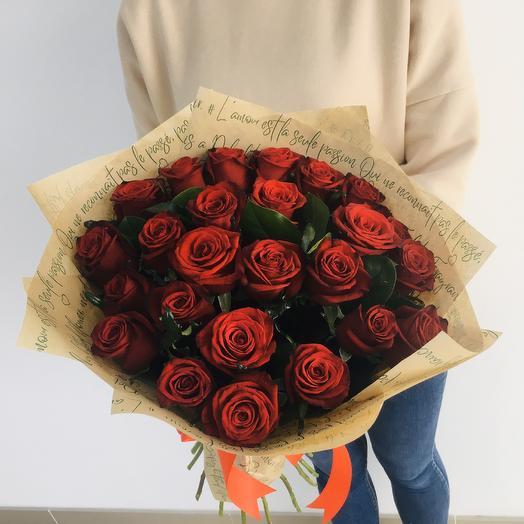 Букет из 25 красных роз в крафт бумаге