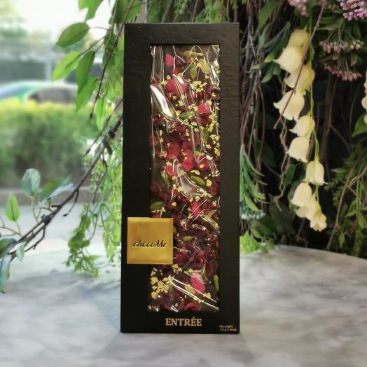 Шоколад ручной работы с лепестками роз, вишней и пищевым 23-х каратным золотом: букеты цветов на заказ Flowwow