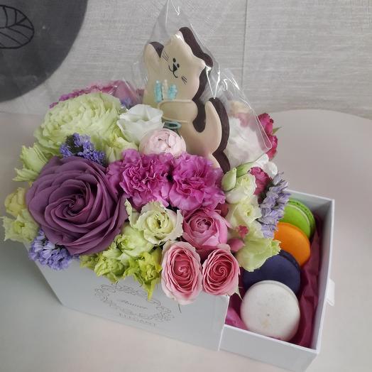 Композиция с котиком и пирожными: букеты цветов на заказ Flowwow