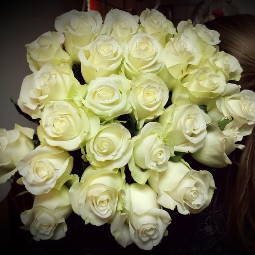 25 белых роз на ленте