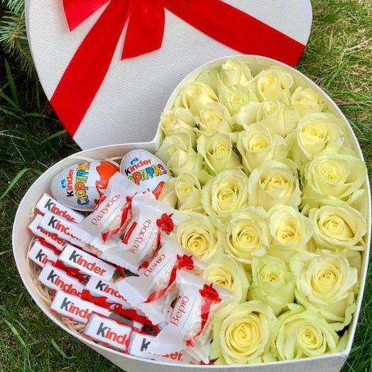 Цветы в коробке сердце с киндерами