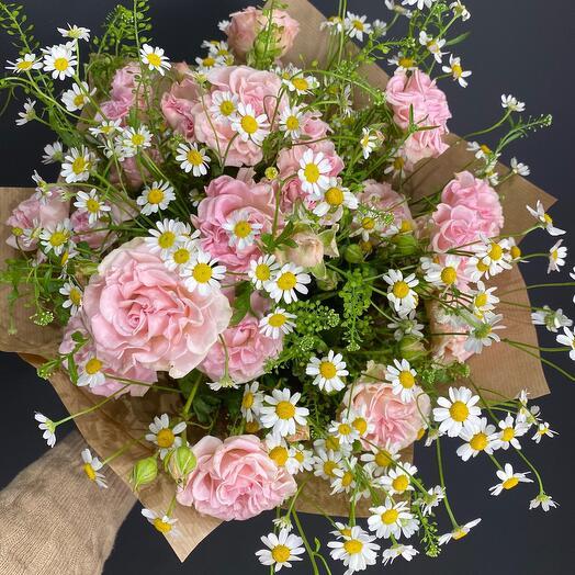 Букет из кустовой розы и ромашки